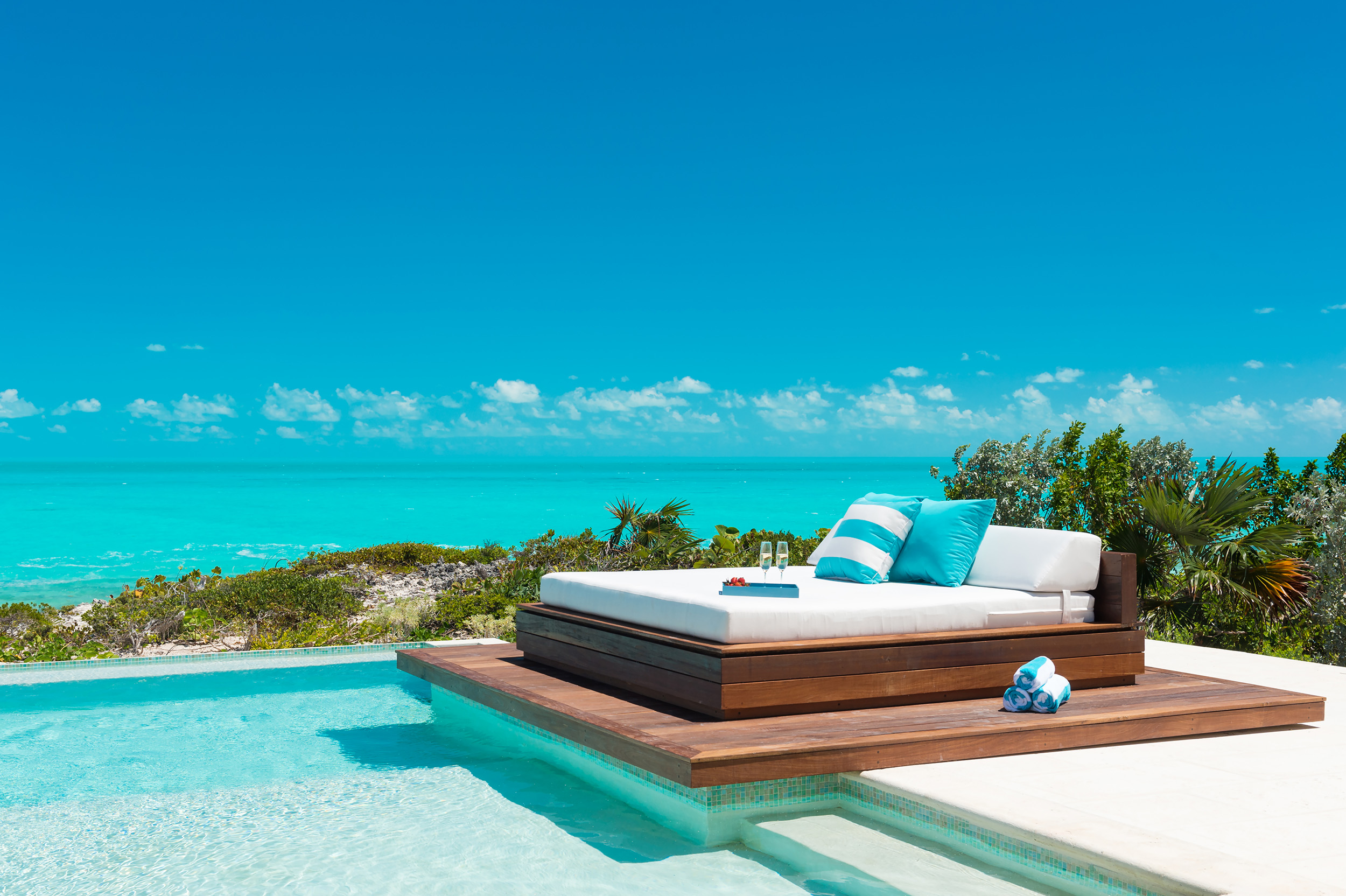 Villa Aguaribay - view of the daybed with the ocean beyond