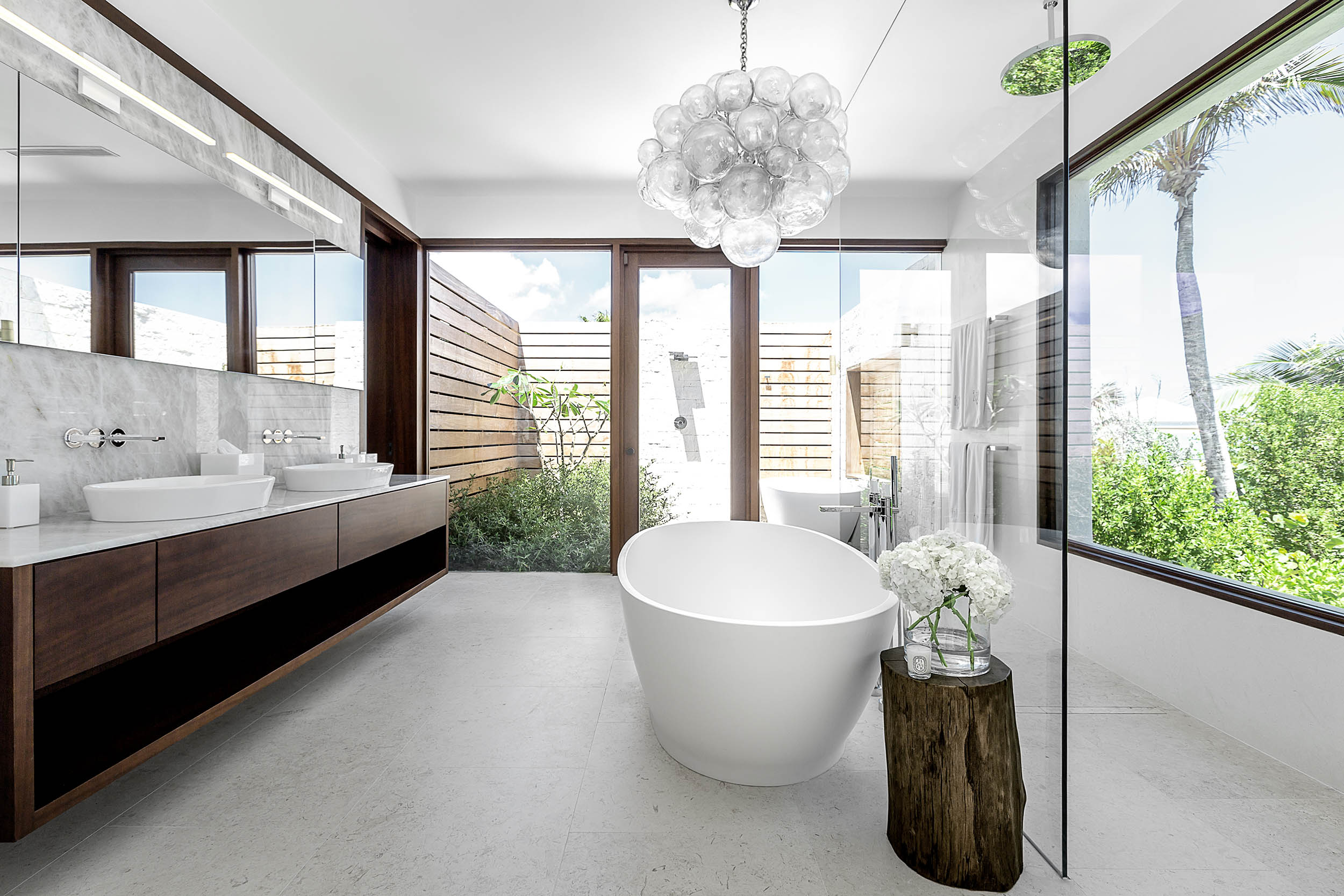 La Dolce Vita - view of one of the bathrooms with outdoor shower and bath tub